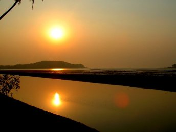 Post-monsoon sunset in Goa, India over the Chapora River. Image source: Wikipedia Commons