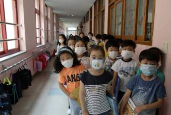 Elementary school students in Seoul wear masks as a precaution against the MERS virus. Source: Time Online